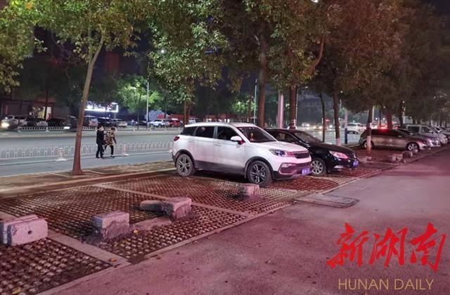 怀化:公共停车位上砌水泥墩,这家物业真任性